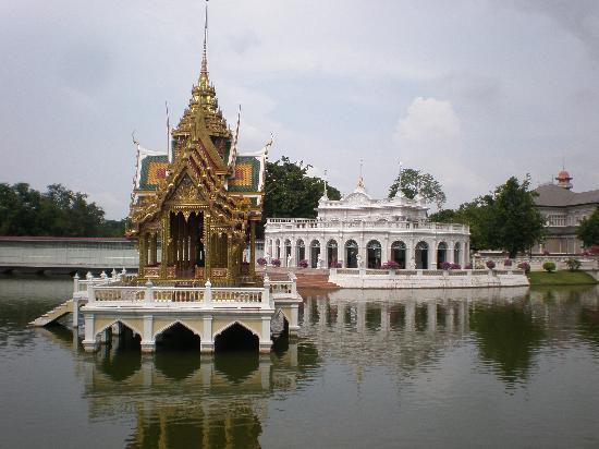 Tevaraj-Kanlai Gate: Devaraj-Kunlai Gate, Across the Pond, Behind the Pagoda