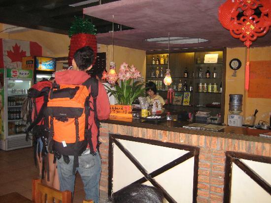 How Flowers Youth Hostel: reception/bar