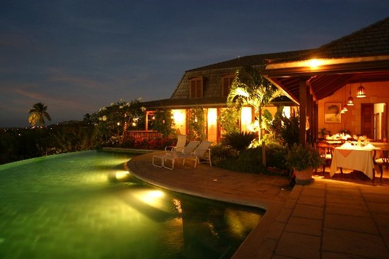 The Pavilion Restaurant: Pool at the Pavilion at night