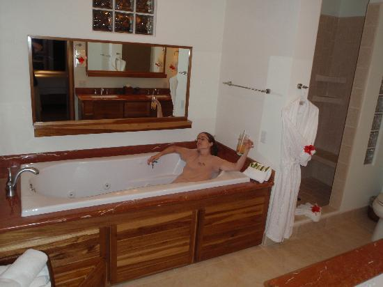 The Phoenix Resort: Large jetted tub
