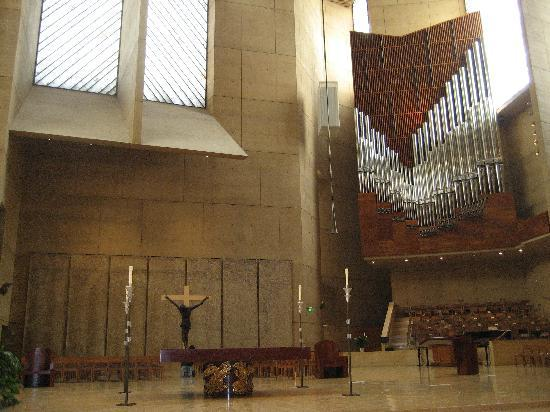 Cathedral of Our Lady of the Angels : 教会内、大きなパイルオルガン