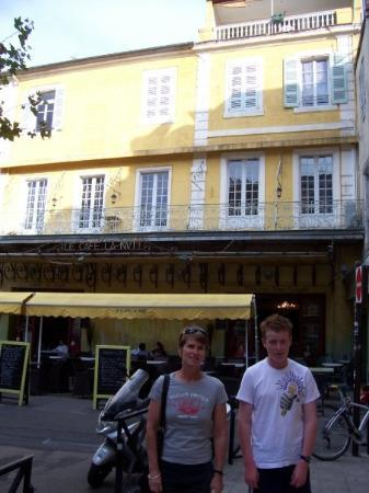 Le Café La Nuit : Cafe de Nuit, Arles. Here Gaugin and Van Gogh had their argument which led to Vince having his c