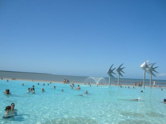 Cairns Esplanade Swimming Lagoon: Cairns, la playa de Lavin tambien esta aqui, pero los cocodrilos que hay en la verdadera playa