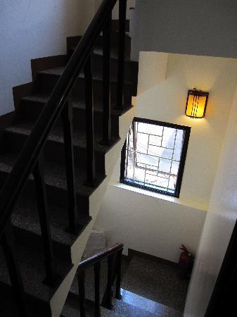 Hanoi Phoenix 2 Hotel: Narrow but cosy stairway leading to rooms