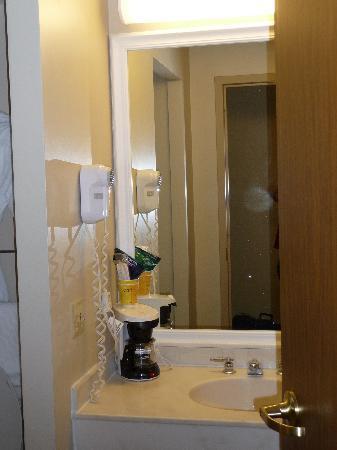 La Quinta Inn & Suites Minneapolis Bloomington W: Sink outside bathroom