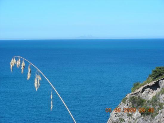 isola di montecristo dalla costa di talamone
