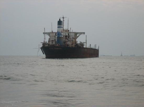 ฟีนิกซ์ พาร์คอินน์ รีสอร์ท: An old, broken ship on candolim beach
