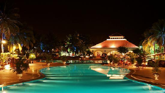 Golden Palms Hotel & Spa : View of pool at night