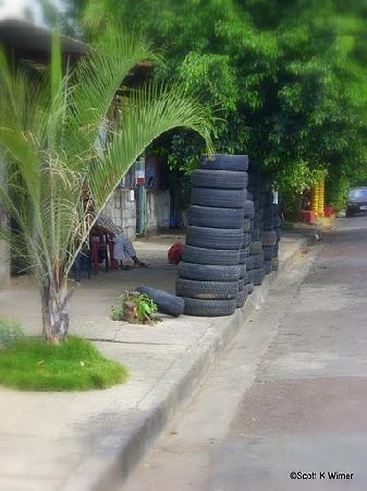 Hotel Los Cisneros: Tire store at corner...Not Disney but very Managua