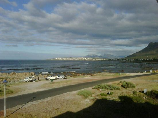 138 Marine Beachfront Guesthouse: Lovely view of the ocean, over the road