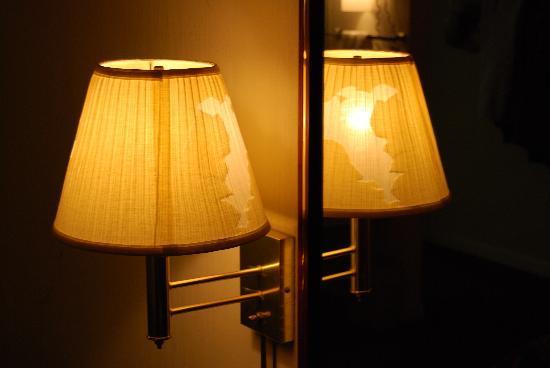 Travelers Inn : The Lousy Lampshade