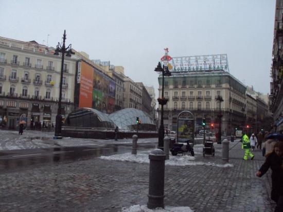 La estacion del metro de plaza del sol en madrid for Puerta del sol santiago