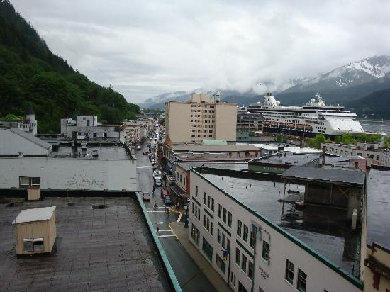 Westmark Baranof Hotel: Basically what Juneau looks like out of the Baranof Hotel's corner rooms window