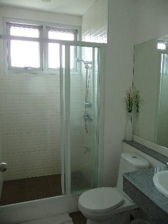 Studio 99 Serviced Apartments: bathroom
