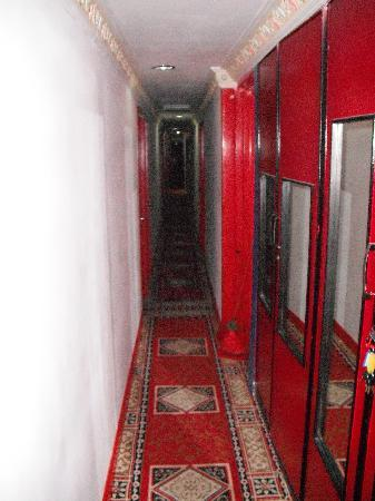 Sabrina Golden Palace Hotel : Narrow Entrance to the Tomb