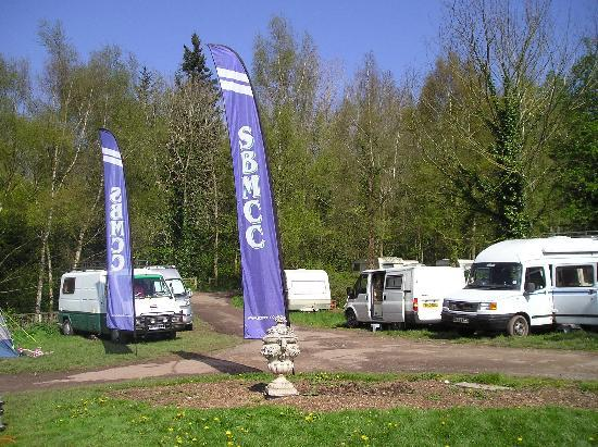 Hollybush Inn & Campsite: heath & safety risk parked to close together