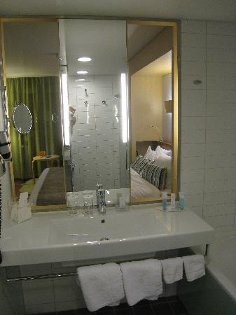 Hilton Helsinki Airport: toilet table in bathroom