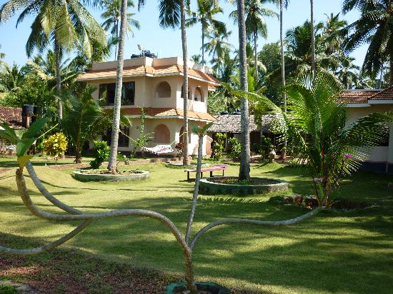 Varkala SeaShore Beach Resort: The immaculate garden
