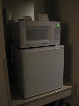 Holiday Inn Express Roseburg: Microwave & Fridge in Room