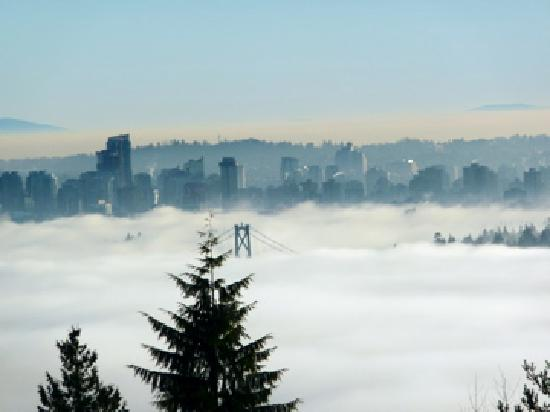 Vancouver, Kanada: fog over city/Lions Gate bridge Dec 26 2009