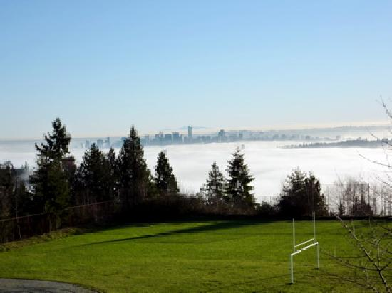 Vancouver, Kanada: sun/fog over city Dec 26 2009 seen from West Van