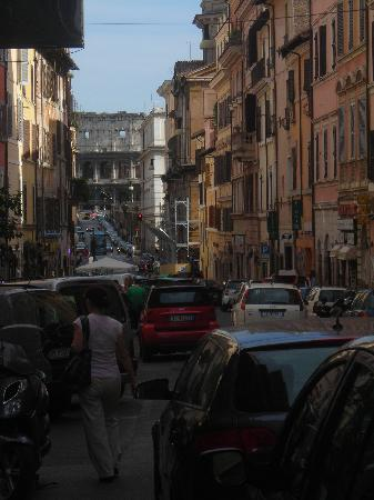 Sunset Roma Guest House & Suite : Standing at the front door with the Colosseum at the end of the street