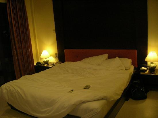 Ao Nang Beach Home: a bed