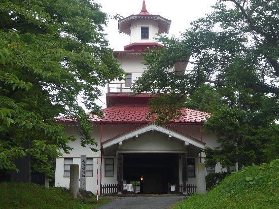 Oshu, Japonia: 赤い屋根が緑の木々に映える
