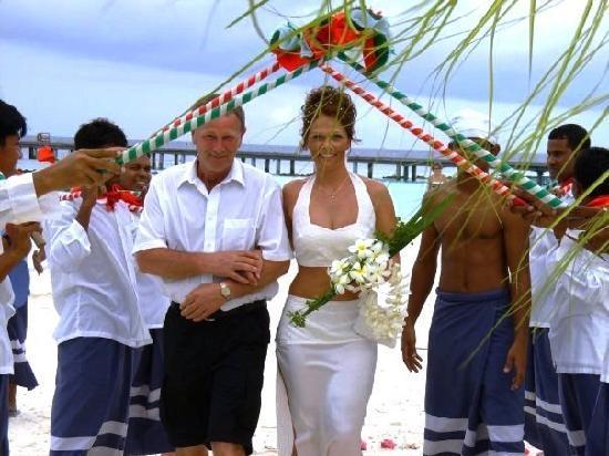 Vakarufalhi Island Resort: The staffs welcomming to the wedding hut at the beach