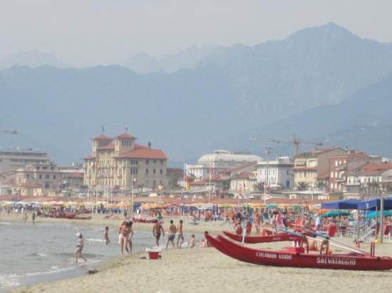 Viareggio, Italia: This is the beach town where my Itailian boyfriend lives!!! lol. So Beautiful!!