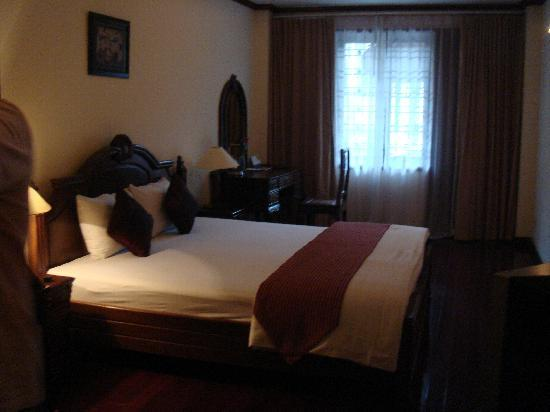 Golden Lotus Hotel: See the spacious room!