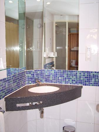 Foto De Holiday Inn Express London Swiss Cottage Londres Bathroom Tripadvisor