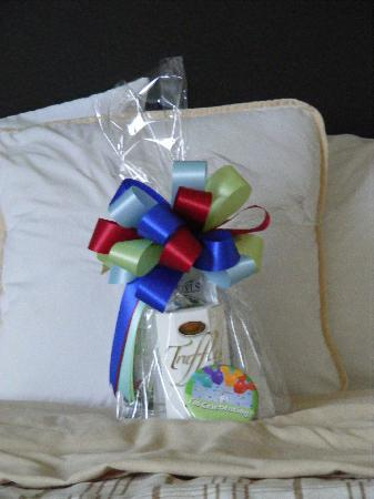 Four Points by Sheraton Orlando Studio City Hotel: Gift waiting for us when we went to our room