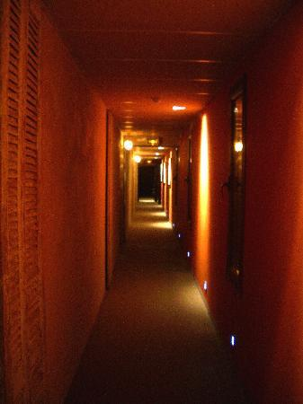 Hotel Bastide de Lourmarin: Beautifully lit hallway to our room