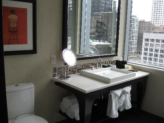 theWit - A DoubleTree by Hilton: Nice bathroom