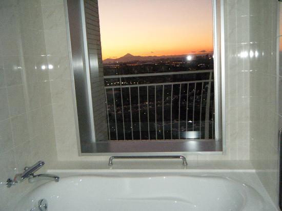 Hotel Emion Tokyo Bay: バスルームからの景色(Mt.Fuji)