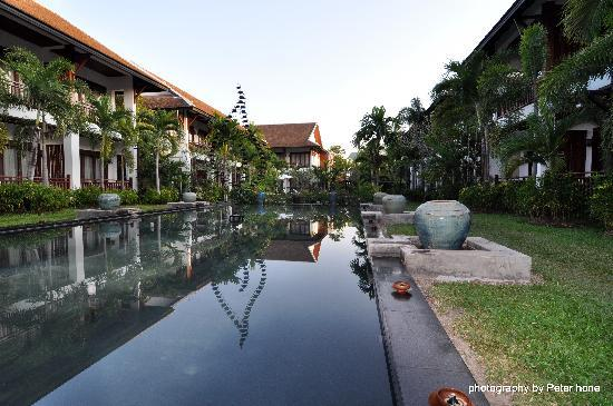 Green Park Boutique Hotel: A view of the ornate pond...