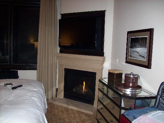Waldorf Astoria Park City: Bedroom amenities