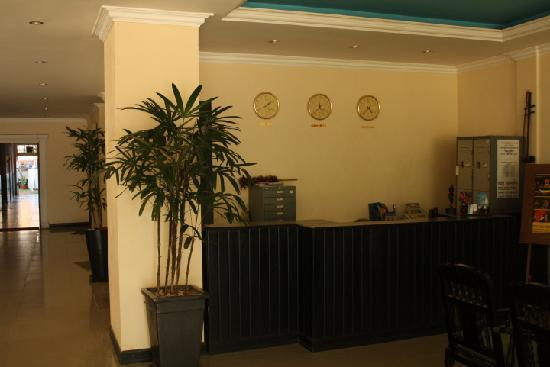 Skyway Hotel: Front Desk