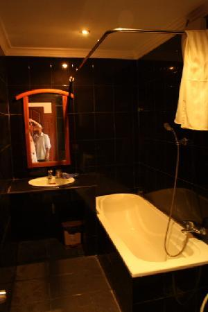 Skyway Hotel: Bathroom was exceptionally impressive
