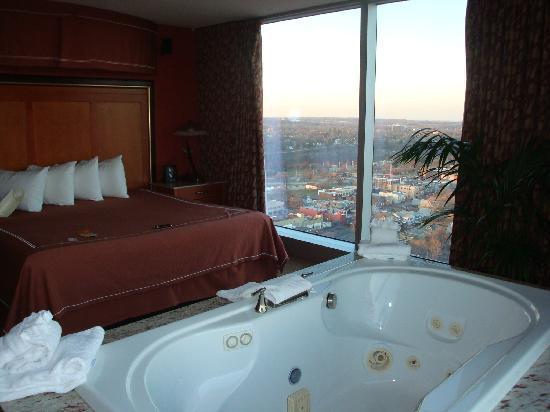 Seneca Niagara Resort & Casino : Comfy Bed and view of Canada