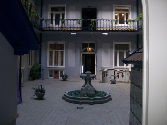 Baross City Hotel: Baross fountain inner court