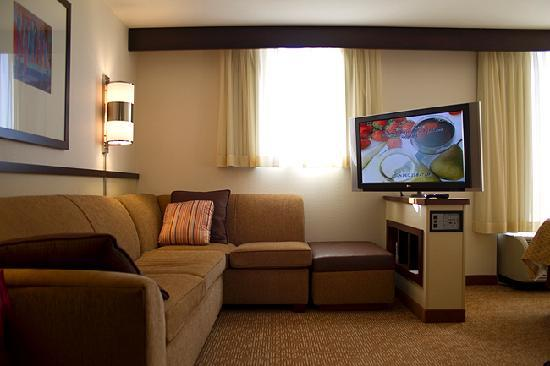 Hyatt Place Jackson/Ridgeland: Sectional sofa bed and flat screen tv