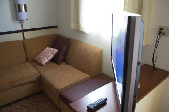 Hyatt Place Jackson/Ridgeland: Another view of sofa and tv