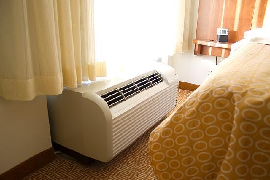 Hyatt Place Jackson/Ridgeland: AC/Heater unit - too close to bed (imo)