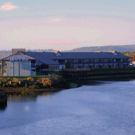 Edgewater Inn: Coos Bay's only riverfront hotel