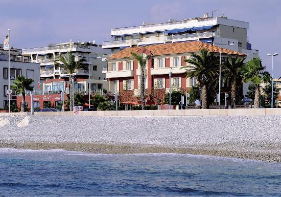 Aeva Hotel : l'hôtel est face à la mer