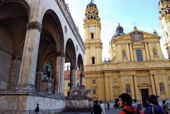 Theatinerkirche St. Kajetan: Odeonsplatz Feldherrnhalle & Theatinerkirche