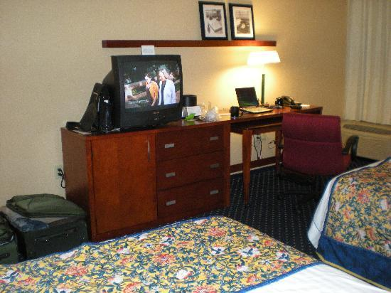 Courtyard by Marriott Hartford Windsor: ancient small TV, no space for lugguages