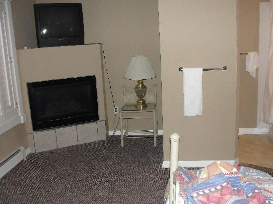 Apache Village Cabins: The reading light.... in the other end of the room, next to the TV for which the remote does not